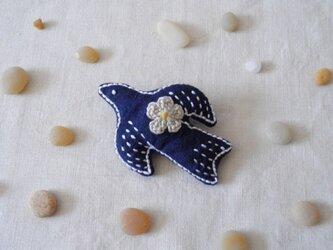 鳥さんブローチ 紺、お花ベージュの画像