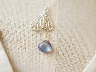 透かし蝶の片羽とカイヤナイトのシルバーのネックレスの画像