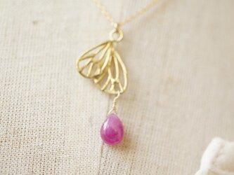 透かし蝶の片羽とピンクサファイアのゴールドのネックレスの画像