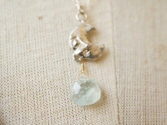 お休みお月様とアクアマリンのシルバーのネックレスの画像