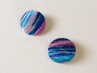 絹手染くるみボタン(18mm 青赤紫光沢)の画像