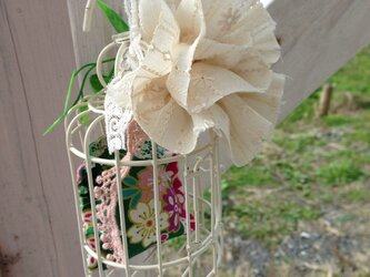 窓辺に癒しの鳥かごの  レースの花の画像