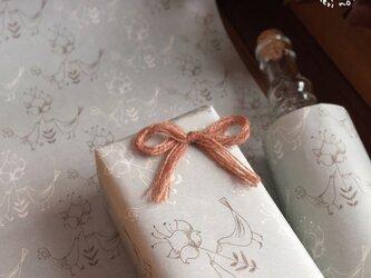 【花を守る2羽の鳥】A4サイズのうす紙の画像