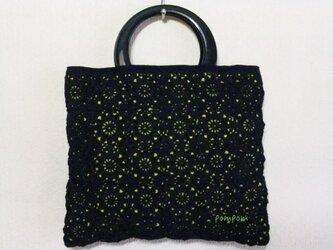 黒モチーフのハンドバッグの画像