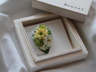 キイロと白色の小花の片耳ピアス(フェイク)の画像