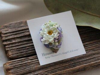 白い小花と淡いパープルの片耳ピアスの画像