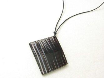 積層ガラスのペンダント(黒)の画像