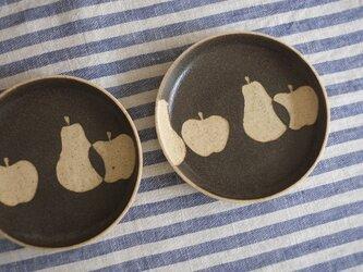 洋なしとリンゴの小皿(黒)の画像
