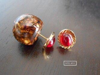 ヴィンテージガラスカボションピアス 金箔ブラックキャッチ付の画像