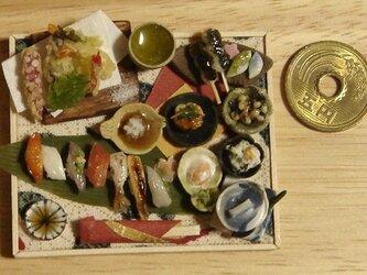 ★和の御膳・天ぷら&にぎり寿司の盛り合わせ(木枠・魚柄布)の画像