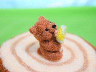はちみつソーダキャンディーをペロペロしているコグマの画像