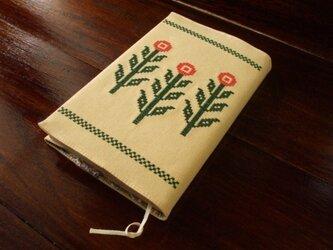 クロスステッチ花刺繍の新書本ブックカバー クリームの画像