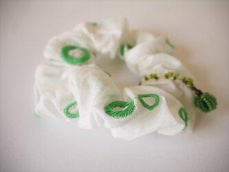 チャームシュシュ(white green)の画像