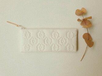 花キルトのスリムポーチ(きなり)の画像