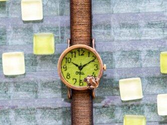 池をのぞく蛙腕時計Sライムの画像
