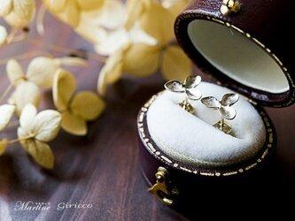 ゴールドの紫陽花(アジサイ)ドライフラワーピアス。の画像