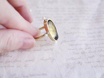 琥珀色のガラスと淡水真珠のリングの画像