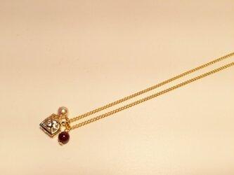 輝くダイヤモンドとガーネット・パールの画像
