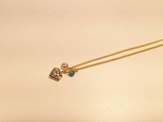 輝くダイヤモンドにトルコ石とパールのネックレスの画像