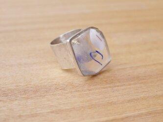 ガラスとシルバーのリングの画像