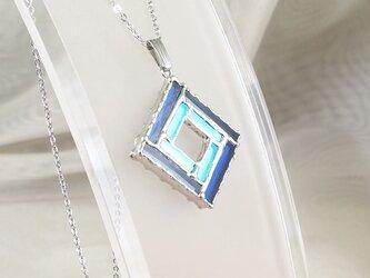 正方形の細密ステンドグラスのペンダントの画像