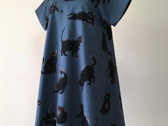 こなまいきな黒猫:フレアワンピース:ブルーグレーの画像