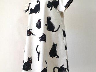 こなまいきな黒猫:フレアワンピース:生成りの画像
