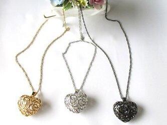 唐草模様のハートトップ(選べるカラー)のネックレスの画像