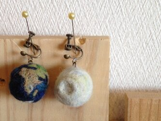 地球と月のイヤリングの画像