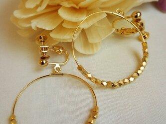 華奢なゴールドメタルのイヤリングの画像