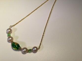 グリーンのとんぼ玉とスワロ・エアパールのネックレスの画像