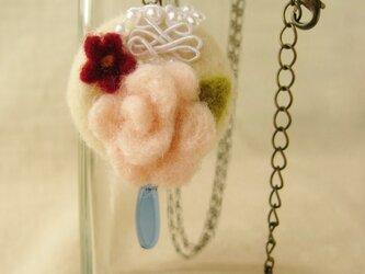 フェルトのリングにバラ/小花のペンダント(HAF-002-C)の画像