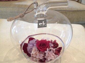 プリザーブドフラワー・リンゴガラスのアレンジメントの画像