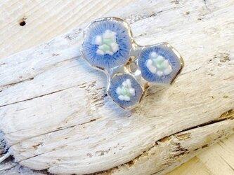 青い花のブローチ  ステンドグラスのブローチの画像