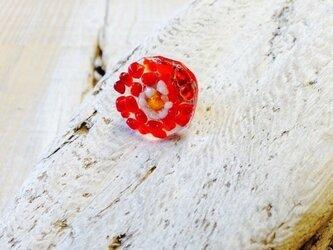 赤い花のピンバッジ  フュージングラスのピンバッジの画像