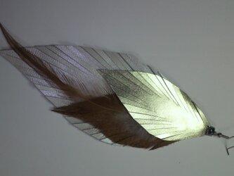 本革 オリジナルデザイン羽根ピアス(オフ白)の画像