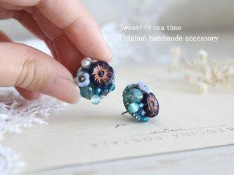 波の色を刺繍して★真珠とヨーロッパビーズの青の刺繍ピアスの画像