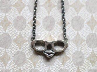 眼鏡の淑女のネックレスの画像