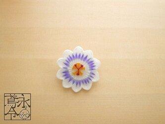 ブローチ 薄青色ひげの時計草の画像