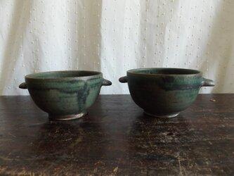 深い緑の耳つきスープカップの画像