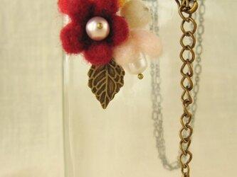 フェルトの小花に淡水パールのペンダント(HAF-003-F)の画像