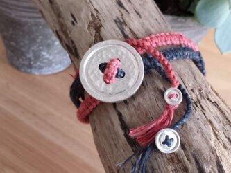 銀のボタンのヘンプ編みブレスレット(カシオンテ×rai)の画像