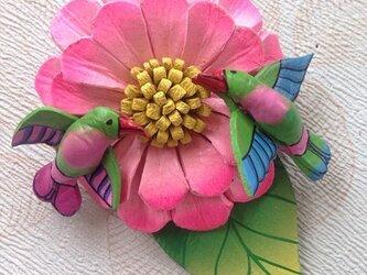お食事中のハチドリとお花の牛革ブローチの画像