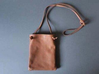 flat shoulder bag (beige)の画像