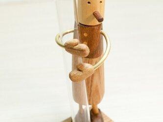 木工インテリア♡フラワーベースを抱える人の画像