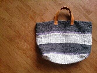 白と墨色の裂き織りバッグの画像