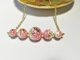 ピンクの唐草ビーズのネックレスの画像