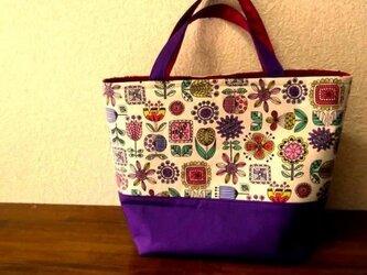 カラフルなお花模様のトートバッグの画像