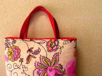 不思議なお花模様のバッグの画像