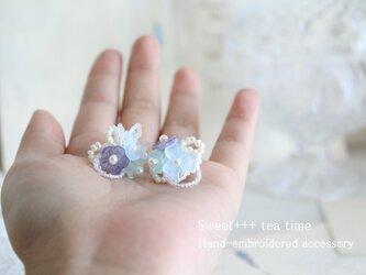 霧の中に咲く花★ヨーロッパビジューと淡水真珠の2way刺繍ピアスの画像